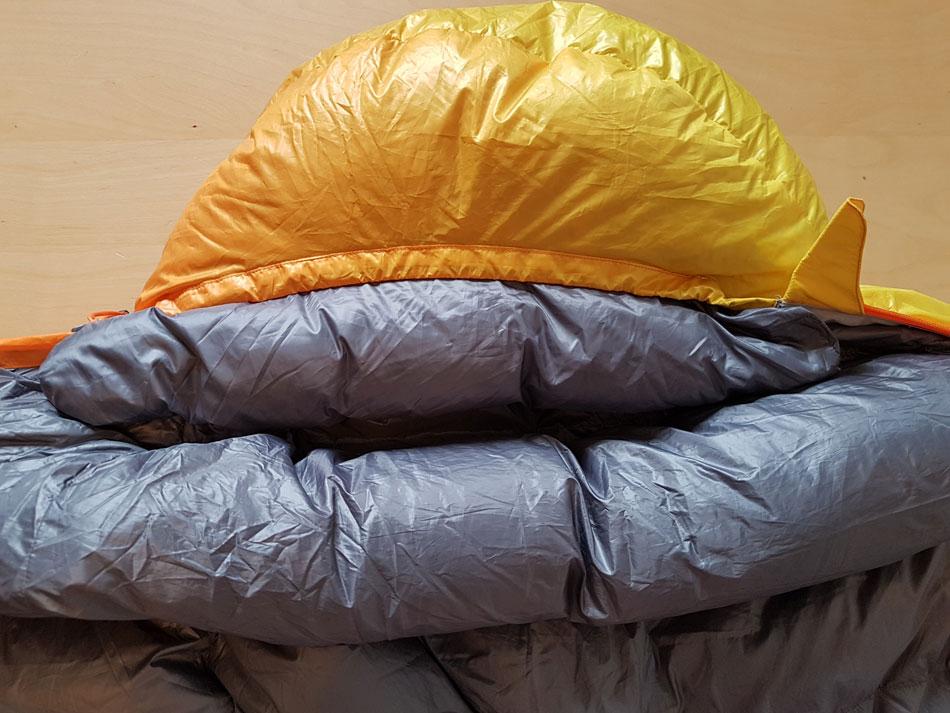 Puchowa kryza i listwa dookoła kaptura gwarantują ze ciepłę powietrze zostanie w śpiworze