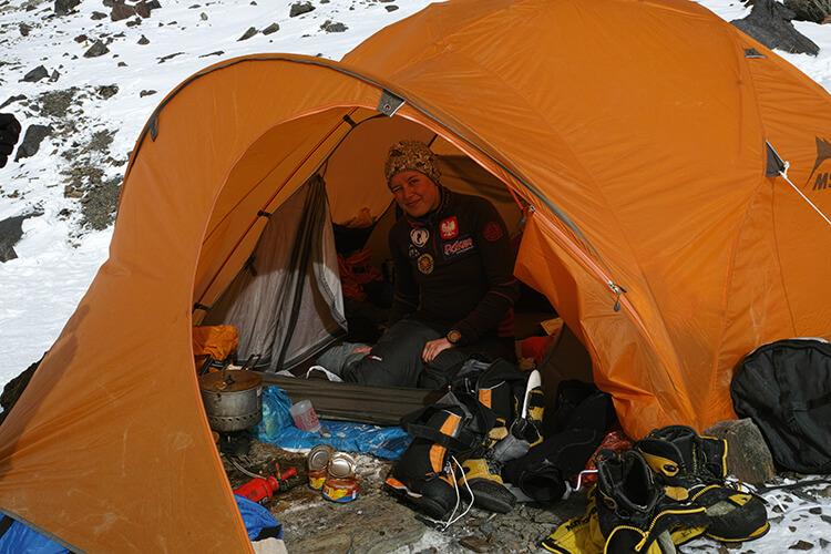 przedsionek i środek namiotu wyprawowego