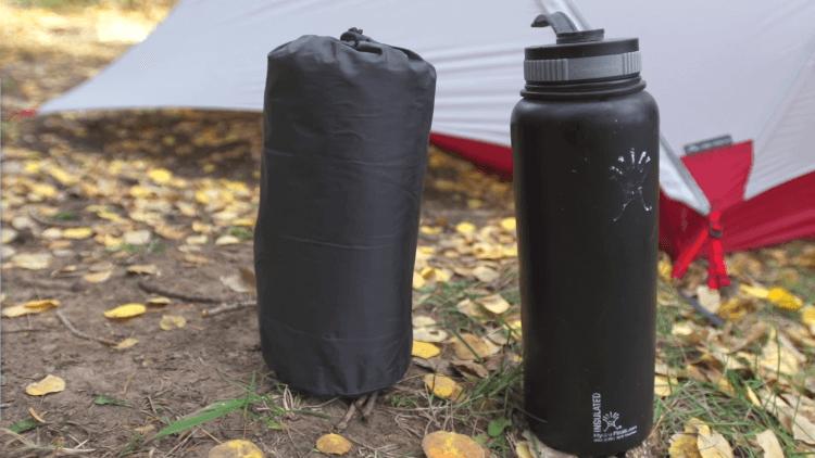 Spakowany NeoAir Xlite ma rozmiary butelki na wodę…
