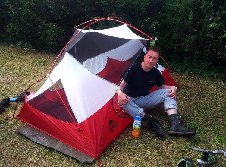 Rafał Król w trakcie rozstawiania namiotu