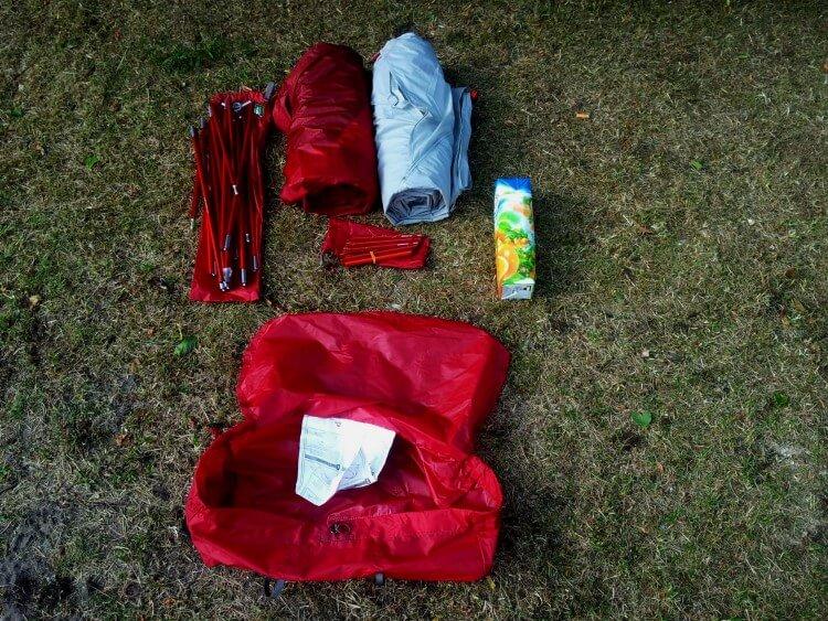 Wszystkie komponenty namiotu dla porównania obok soku 1l