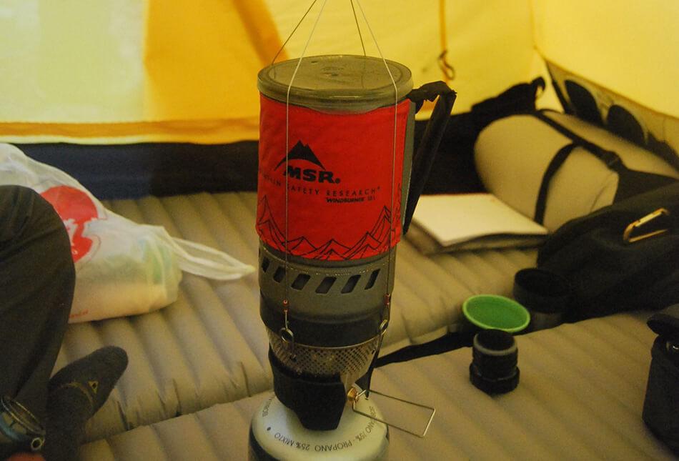 Materac turystyczny dmuchany Thermarest NeoAir XTherm w namiocie podczas wyprawy.