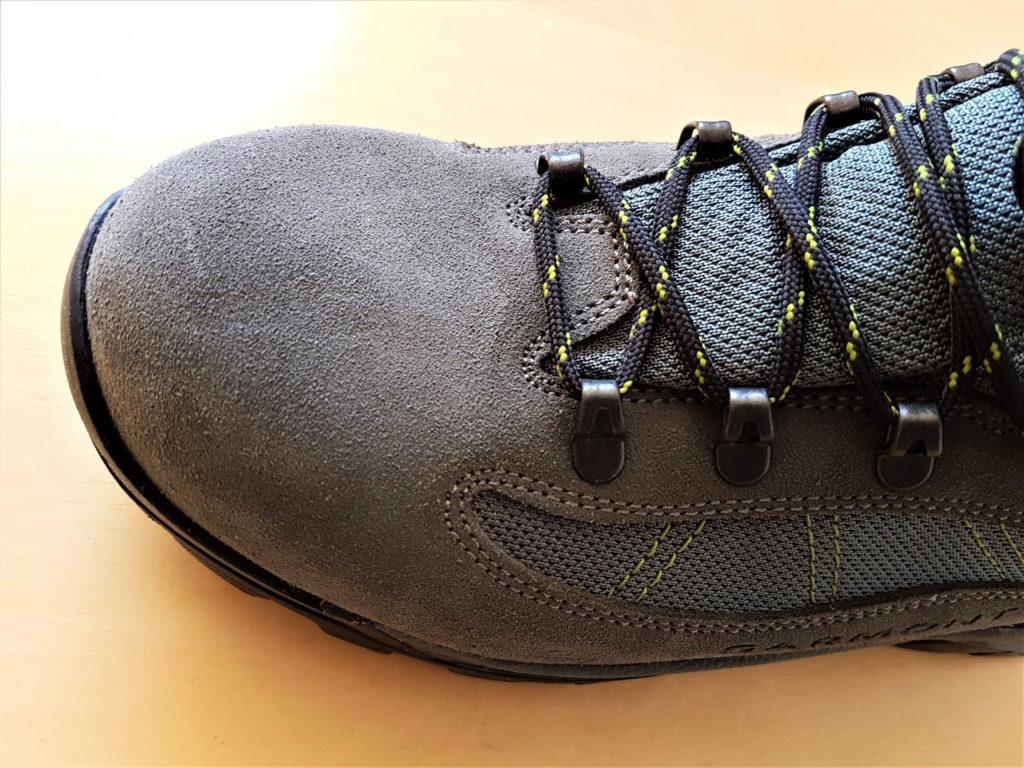 Cały przód buta trekkingowego zriobiony jest z jednego kawałka skóry bez żadnych szwów czy łączeń