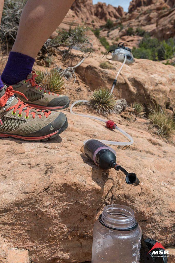 Filtrowanie wody za pomocą filtra MSR Trail Base