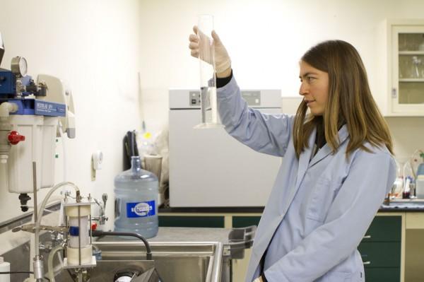 Jenna mierzy wydajność lub szybkość przepływu wody w nowym modelu filtra