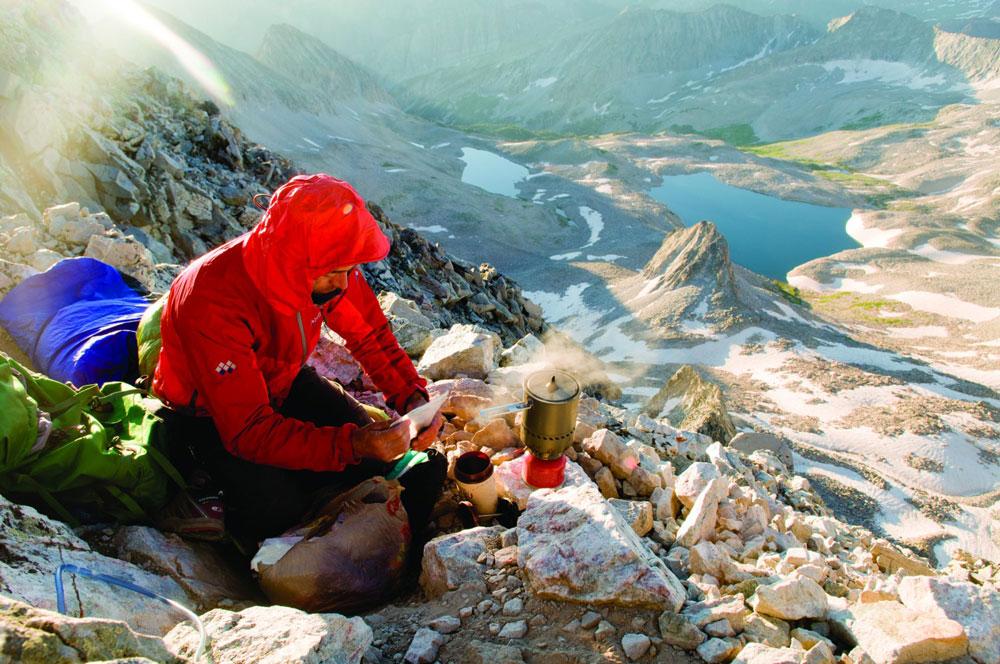 gotowanie wody na wyprawie - Fot. Kennan Harvey