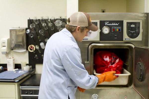 Jako zarejestrowane w EPA posiadające 2 poziom bezpieczeństwa biologicznego, laboratorium MSR może posiadać własną bazę próbek patogenów. Zac przeprowadza w autoklawie sterylizację potencjalnie niebezpiecznego materiału biologicznego.