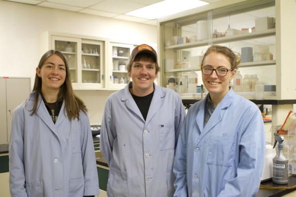 Zdj. Siedmiu naukowców z laboratorium MSR ma łącznie 55 lat doświadczeń w dziedzinie badań jakości wody. Na zdjęciu: Jenna, Zac i Shannon