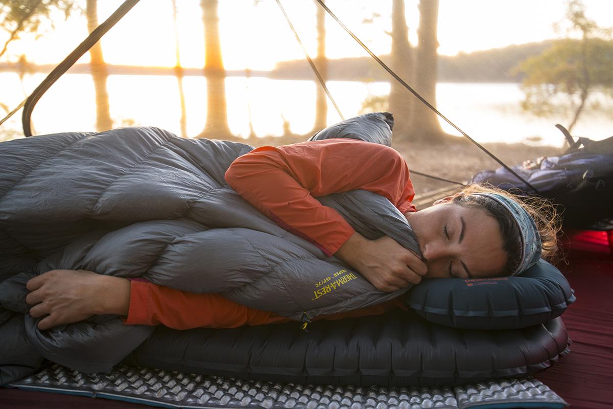 Jak skompletować idealny zestaw do spania w terenie?